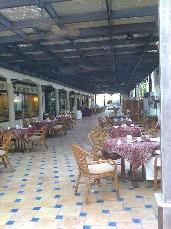 Albilad Hotel: restaurant extérieur climatisé