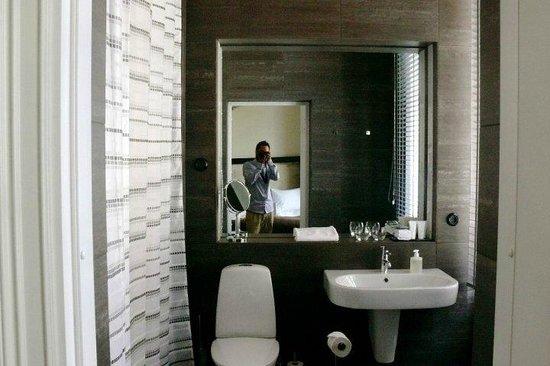 Lydmar Hotel: Master bathroom