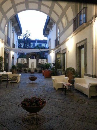 Hotel Piazza Bellini: Outside sitting area