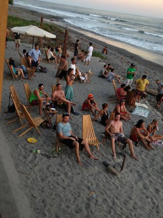 Monkey Lala El Tunco Suites : Tourists watching the sunset before the bonfire