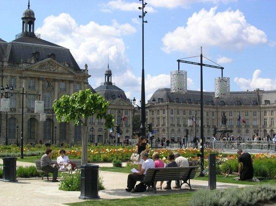Place de la Bourse (Place Royale) : depuis les quais