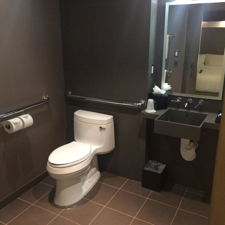 Novotel New York Times Square: Bathroom + Toilet