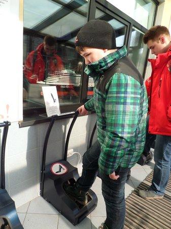 Гранд Макет Россия: Чистка обуви на входе