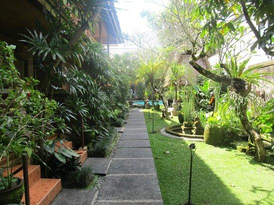Lumbung Sari Cottages: jardin menant aux chambre et à la piscine
