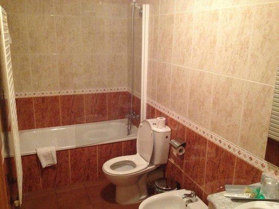 Hotel Solineu: Banheiro com banheira