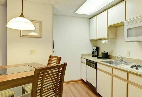 Hampton Inn & Suites Wilmington/Wrightsville Beach: Kitchen in Suite
