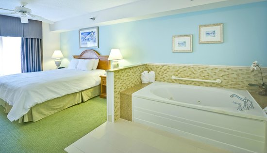 Hampton Inn & Suites Wilmington/Wrightsville Beach: Bed and whirlpool in Whirlpool suite