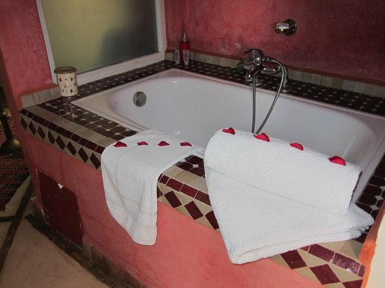 Riad Casa Lila: Badkar på rummet