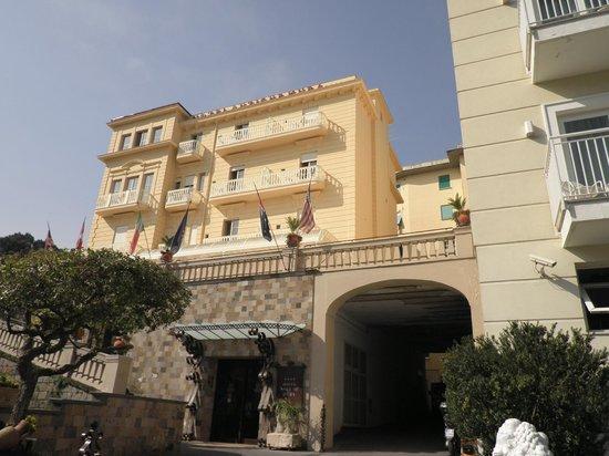 Il Vallone dei Mulini : Hotel Antiche Mura on hill.