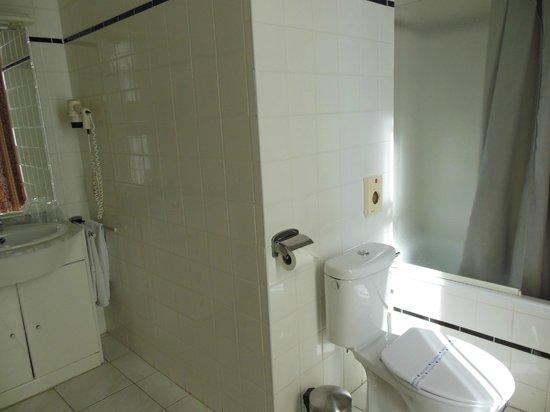 Hans Memling Hotel: Baño
