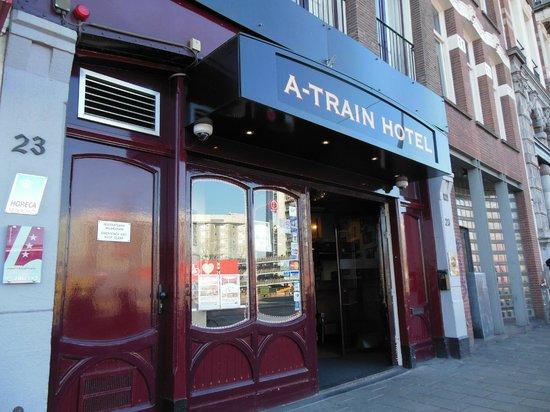 A-Train Hotel: Entrada al hotel