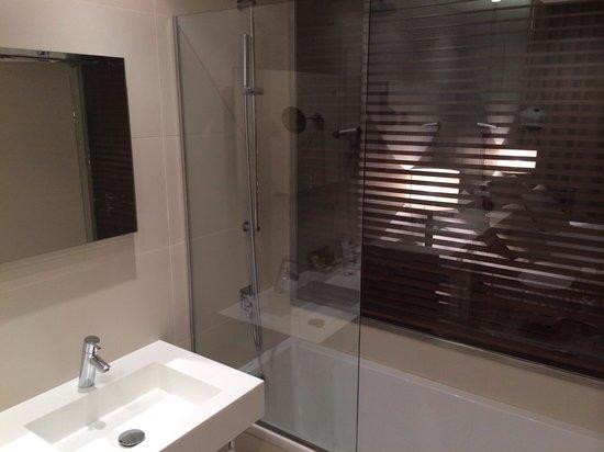Hotel Eurostars Mar de Vigo: El baño y la habitación conectados por una ventana