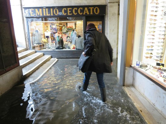 Al Teatro Bed & Breakfast: Loaning us the rubber boots so we could get around Venice