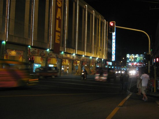 Cebu Business Hotel: Так выглядит квартал вокруг отеля ночью