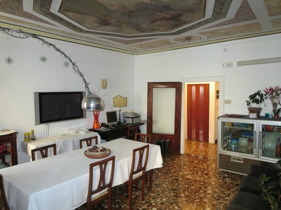 Al Teatro Bed & Breakfast : Dining area and the beautiful fresco on the ceiling