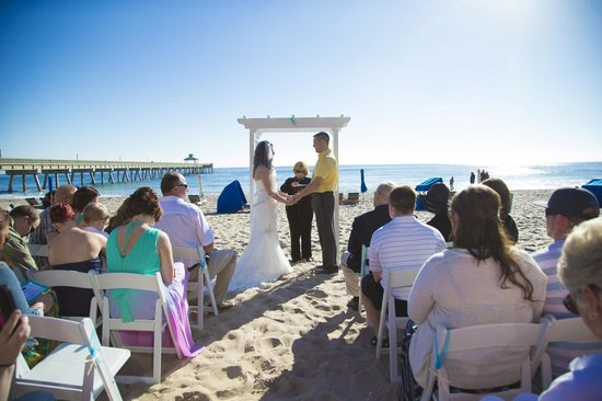 Wyndham Deerfield Beach Resort: Who wouldn't want to get married in this location? Its beautiful!!!!