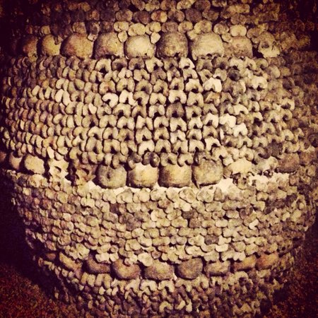 Les Catacombes : Remains in the catacombs stacked into a large pillar.