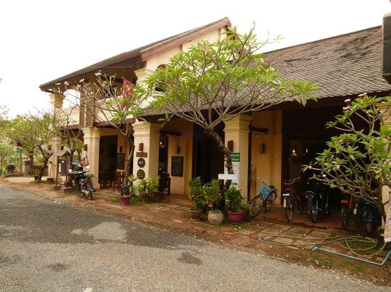 Inthira Hotel: l'hôtel vu de la rue