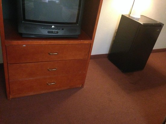 Good Nite Inn near SeaWorld : TV with no remote; drawers did not align and were stuck