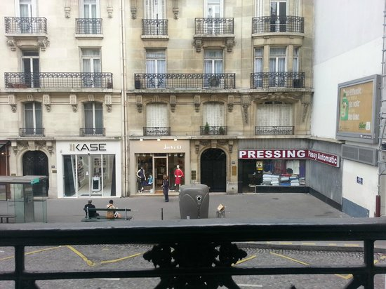 Passy Eiffel Hotel : View from first floor room