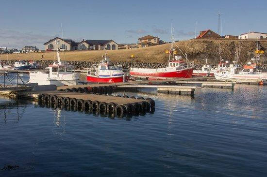 Hotel Berg : uitzicht vanaf de haven op het hotel