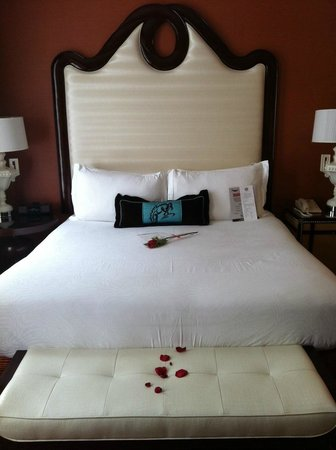 Kimpton Hotel Monaco Denver: The bed, with rose