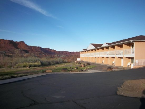 Capitol Reef Resort: Back of hotel