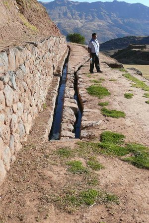 Tipón: There are many aqueducts on the site.