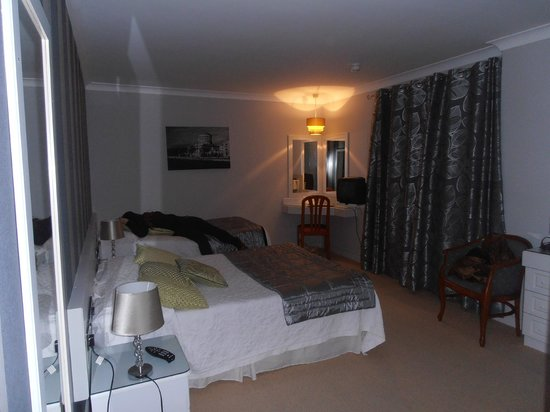Ardree House : nice decor and comfort, could do with a larger TV on the wall though