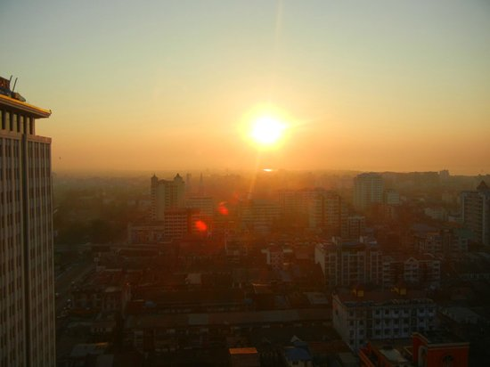 Sule Shangri-La Yangon : Watched the sunrise daily.