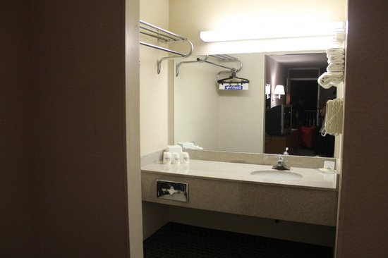 Days Inn Flagstaff - West Route 66: wash-basin in room