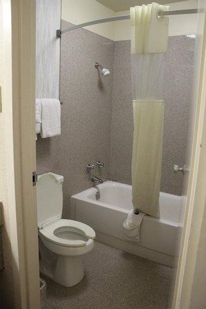 Days Inn Flagstaff - West Route 66: bathroom