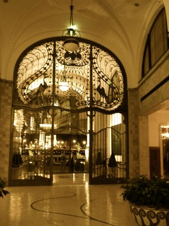 Four Seasons Hotel Gresham Palace : The hotel entrance
