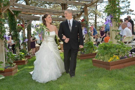 Canyon Crest Lodge: Strolling down the Pergola after ceremony