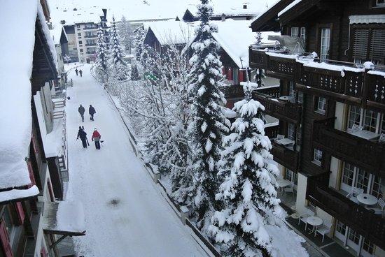 Sunstar Style Hotel Zermatt: ON THE SAME DECK LOOKING DOWN THE STREET