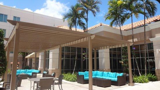 Hampton Inn & Suites San Juan: Out door seating area