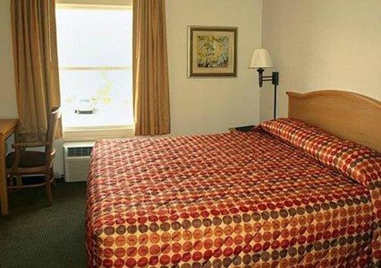 Rodeway Inn & Suites near Outlet Mall - Asheville: KING ROOM