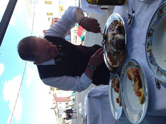 Al Gatto Nero Da Ruggero: Waiter serving the fresh Brim.