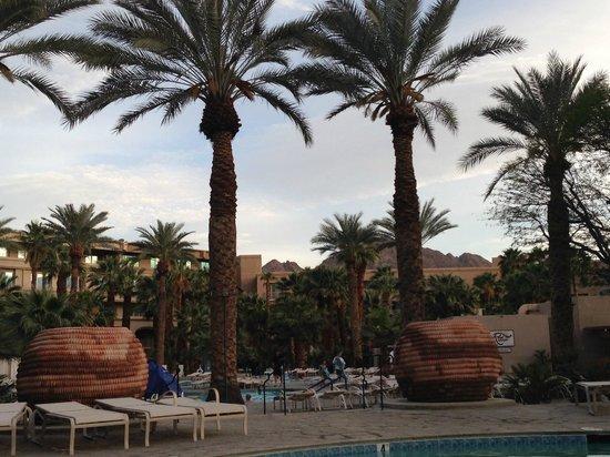 Hyatt Regency Indian Wells Resort & Spa: Sunset by the pool