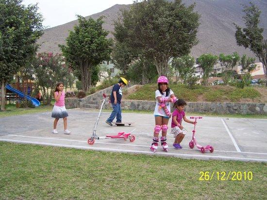 niños en el parque del malecón de miraflores