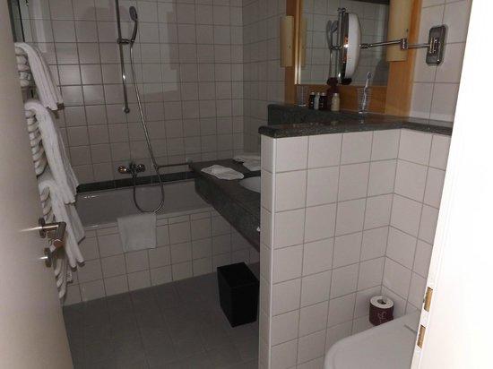 Hotel Paradies: Bathroom