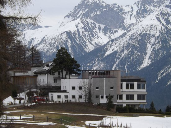 Hotel Paradies: hotel with mountains behind
