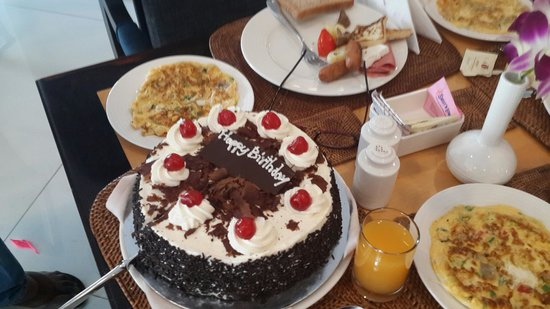 Savoy Suites Hotel Apartments: Dad's surprise birthday cake and some omelette for breakfast