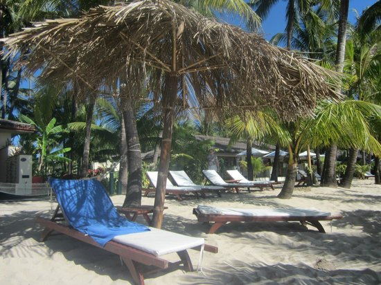 Bayview - The Beach Resort: beach beds enough for everyone