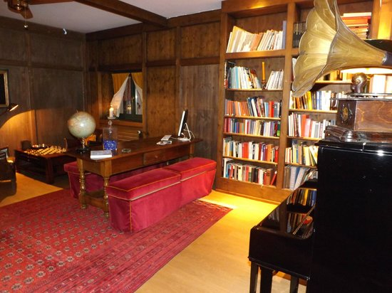 Hotel Paradies: Library
