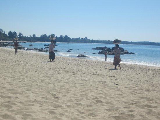 Bayview - The Beach Resort: Lovely Ladies selling Fresh Fruit