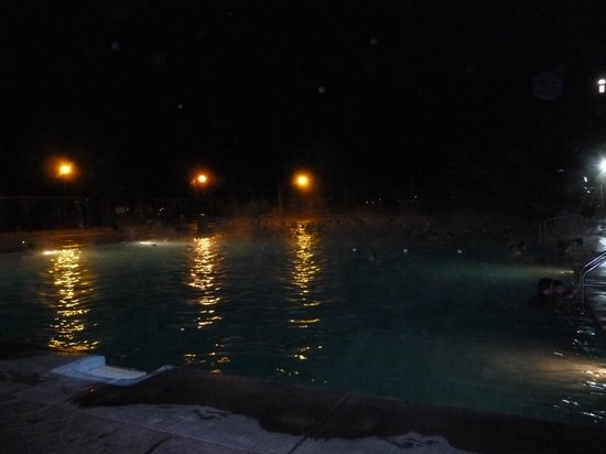 Fairmont Hot Springs Resort: Night Time in the Outdoor pool