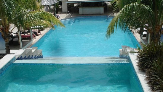 blu St Lucia : Beautiful pool..cool water...not warm...niiiiice!