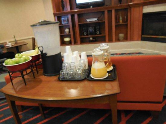 Residence Inn Toronto Markham: juice water and apples and banana