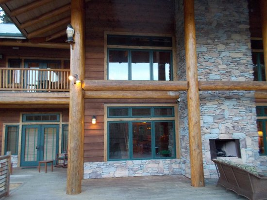 Lakedale Resort at Three Lakes: Back of Lodge from deck